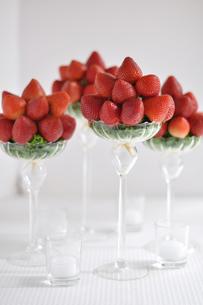 グラスに盛られたいちごの写真素材 [FYI01668934]