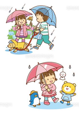 雨の中傘をさして犬の散歩をする兄弟、傘にてるてる坊主を下げる女の子のイラスト素材 [FYI01668977]
