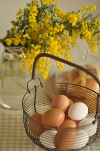 ミモザと卵の入った籠の写真素材 [FYI01669115]