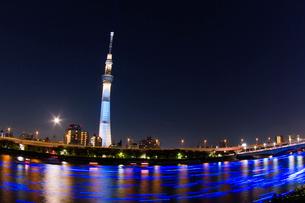 東京スカイツリーライトアップ粋とLEDライトが流れる隅田川の写真素材 [FYI01669182]