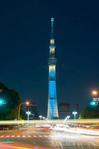 東京スカイツリーライトアップ(粋)と行き交う車の写真素材 [FYI01669235]