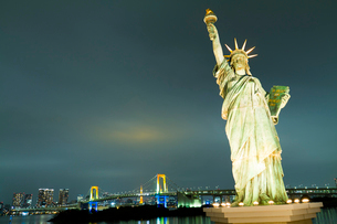 自由の女神とレインボーブリッジの写真素材 [FYI01669243]