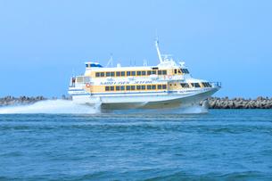 新潟西港を出港する佐渡汽船,ジェットホイルの写真素材 [FYI01669267]