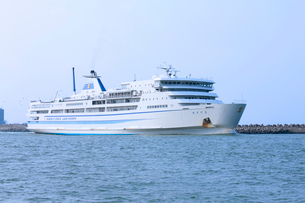 新潟西港を出港する佐渡汽船,おけさ丸の写真素材 [FYI01669280]