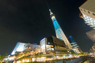 東京スカイツリーライトアップ(粋)と東京ソラマチの写真素材 [FYI01669313]