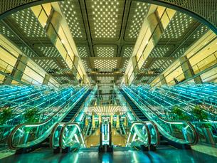光り輝くエレベーターの写真素材 [FYI01669414]
