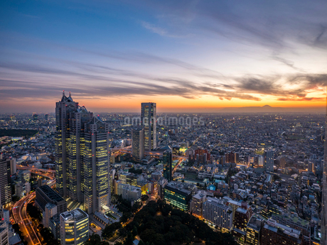 東京新宿ビル群と富士山のマジックアワーの写真素材 [FYI01669457]