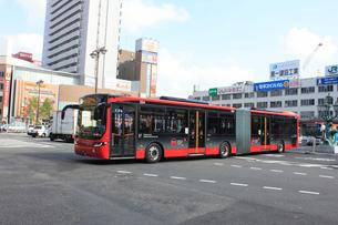 新潟市BRT 新潟駅前を走るBRT連結バスの写真素材 [FYI01669479]