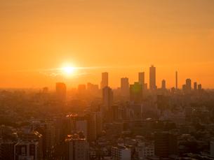 池袋ビル群と夕日の写真素材 [FYI01669537]