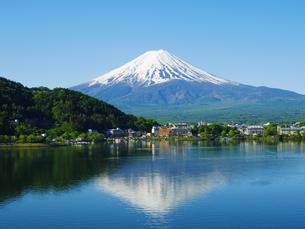 晴天の富士山と逆さ富士の写真素材 [FYI01669606]