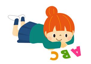 寝ころんでアルファベットを眺めている女の子のイラスト素材 [FYI01669616]