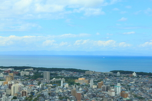 朱鷺メッセ展望台から望む佐渡島の写真素材 [FYI01669706]