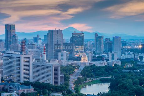 国会議事堂と富士山の夕景の写真素材 [FYI01669748]
