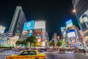 渋谷交差点の夜の写真素材 [FYI01669776]