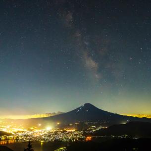 夏の富士山と天の川の写真素材 [FYI01669800]