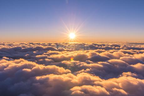 富士山頂から見るご来光と雲海の写真素材 [FYI01669845]