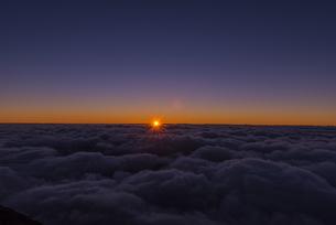富士山頂から見るご来光と雲海の写真素材 [FYI01669882]