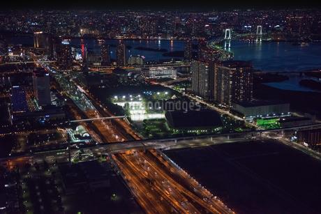 湾岸高速道路夜景 空撮の写真素材 [FYI01669916]