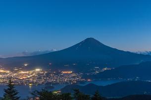 夏の富士山の夜景の写真素材 [FYI01669977]