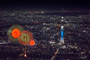 隅田川花火大会と東京スカイツリーライトアップ 空撮の写真素材 [FYI01669987]