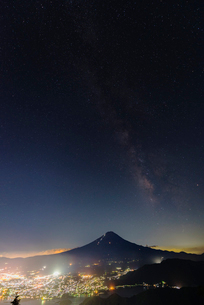 夏の富士山と天の川の写真素材 [FYI01670006]