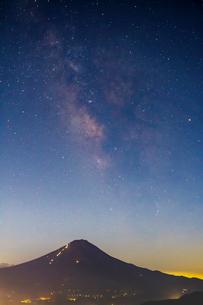 夏の富士山と天の川の写真素材 [FYI01670011]