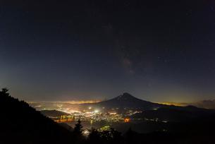 夏の富士山と天の川の写真素材 [FYI01670043]