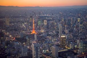 東京タワーライトアップとビル群 空撮の写真素材 [FYI01670076]