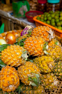 ハノイの市場で見たパイナップルの写真素材 [FYI01670253]