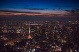 夏カラー東京タワー空撮マジックアワーの写真素材 [FYI01670352]