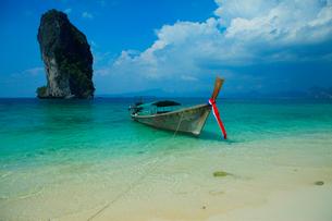 クラビの珊瑚礁の海と漁船の写真素材 [FYI01670440]