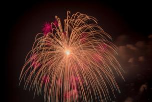 こうのす花火大会 4尺玉の写真素材 [FYI01670445]