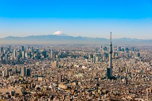 富士山と東京ビル群の空撮の写真素材 [FYI01670446]
