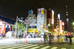 大晦日の雷門と東京スカイツリーの写真素材 [FYI01670488]