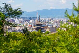 高台寺の庭から見る京都の町並みの写真素材 [FYI01670567]
