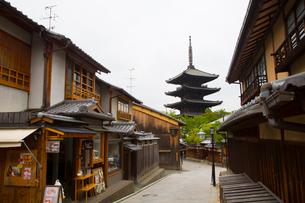 京都の八坂通りと法観禅寺の八坂の塔の写真素材 [FYI01670653]