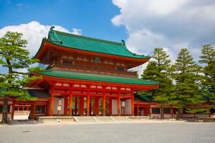 京都の平安神宮の応天門の写真素材 [FYI01670841]