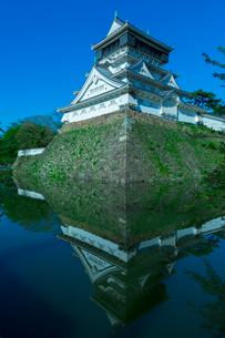 青空に映える小倉城の写真素材 [FYI01670869]