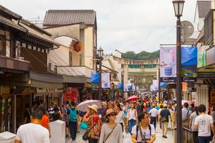 人々で賑わう大宰府門前町の写真素材 [FYI01670893]