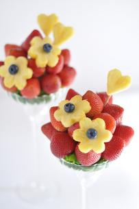 グラスに盛られたいちごと花形のパイナップルの写真素材 [FYI01670898]