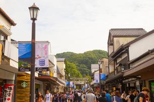 人々で賑わう大宰府門前町の写真素材 [FYI01670927]