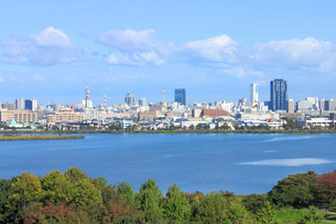 鳥屋野潟と新潟市街地の写真素材 [FYI01670957]
