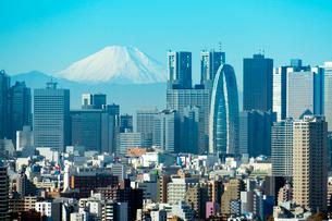 新宿副都心のビル群と富士山の写真素材 [FYI01670966]