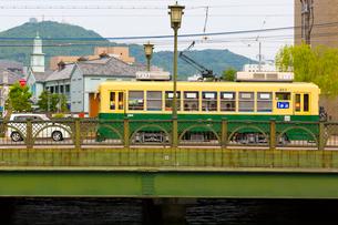路面電車と長崎の町の写真素材 [FYI01670996]