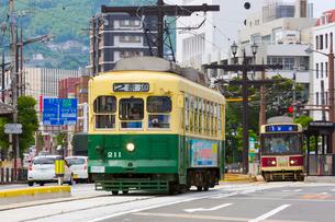 路面電車と長崎の町の写真素材 [FYI01671015]