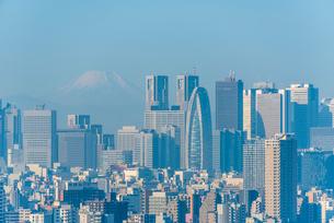 富士山と新宿ビル群の写真素材 [FYI01671024]
