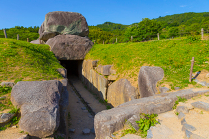 新緑の山と石舞台古墳の写真素材 [FYI01671033]