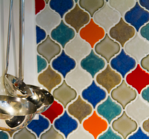 カラフルなタイルのキッチンの写真素材 [FYI01671080]