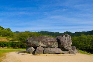 新緑の山と石舞台古墳の写真素材 [FYI01671098]