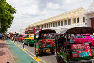 バンコクのトゥクトゥクとタクシーの写真素材 [FYI01671113]